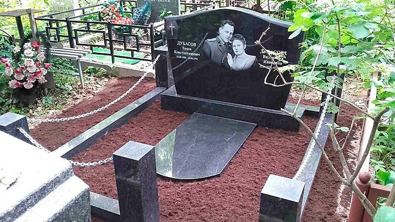 Памятник в виде книги на могилу