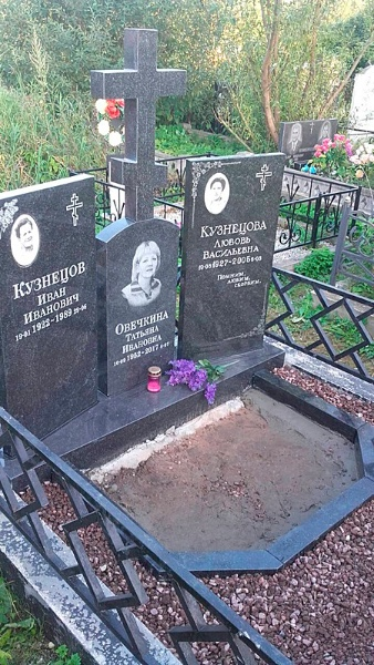 Образцы могильных памятников из камня