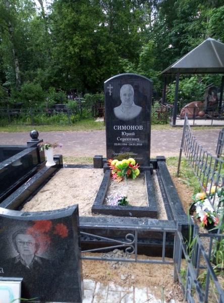 Фото памятников на могилу на кладбище