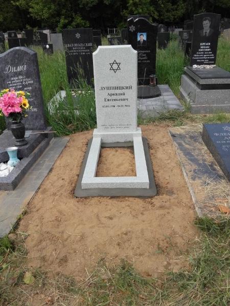 Надгробие на могилу из гранита фото