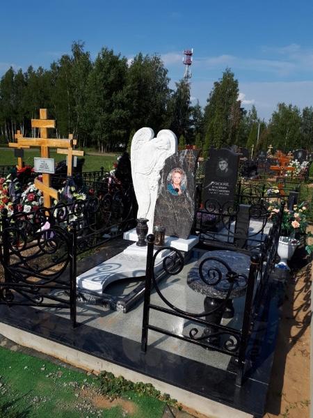 Надгробие из гранита на кладбище
