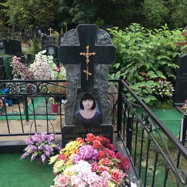 Мемориальные памятники надгробия
